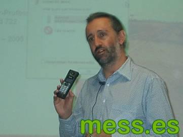 Phil mostrando el nuevo telefono VoIP para Messenger de Philips